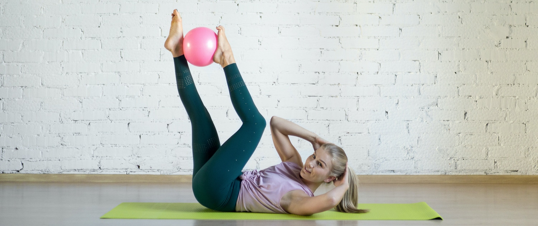 Pilatesübung mit Ball - Ursula Reinhold - Yoga & Pilates in München